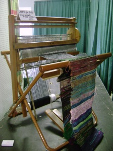 Floor loom for weaving